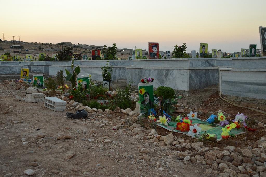 Могилы убитых на кладбище шехидов в Кобане