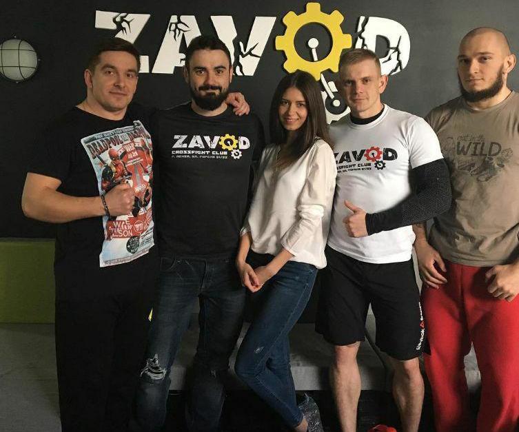 Влад «Добровольский» в спортклубе zavod58 (крайний справа, в красных штанах)